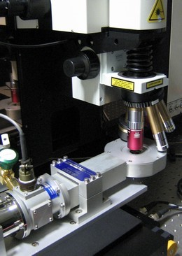 Close-view of the microscope cryostat and coupling with the LabRAM HR.
