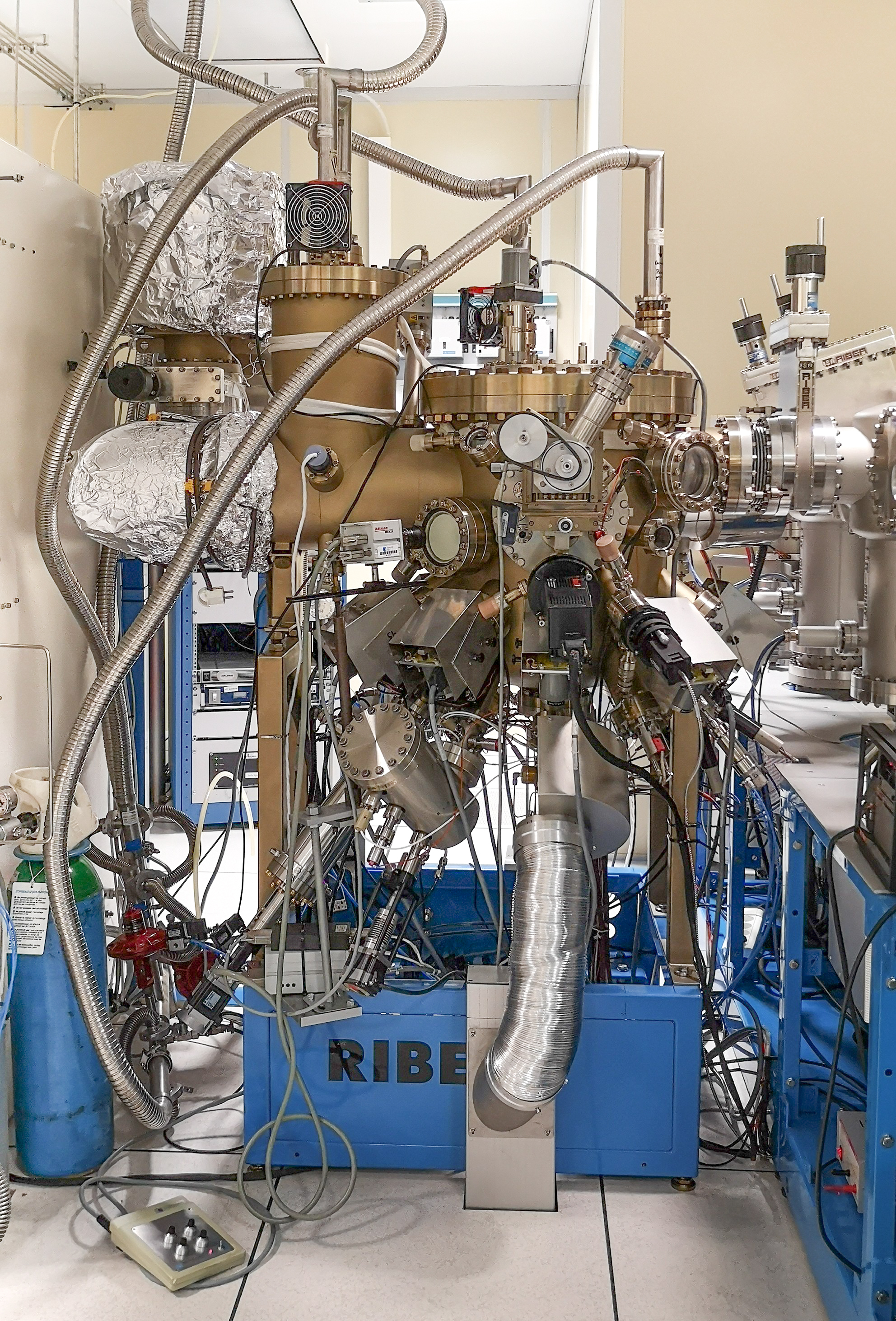 III-V MBE Riber compact 21 reactor, view from the manipulator side